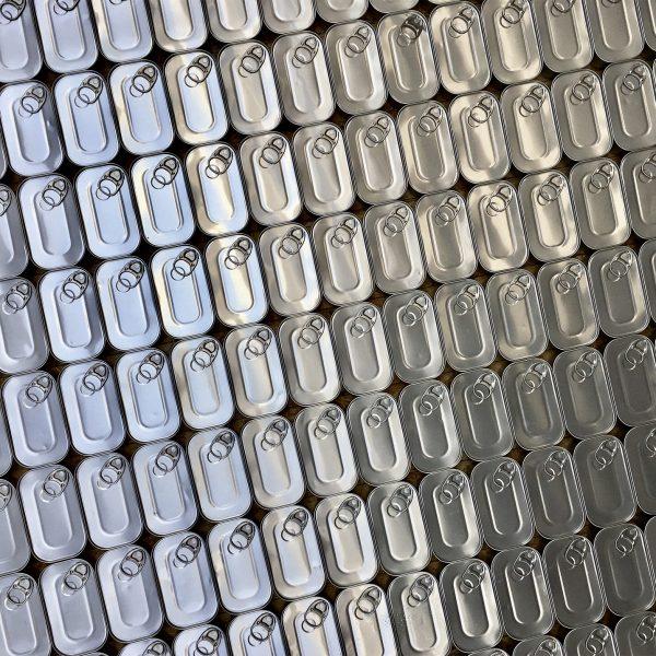viele Aluminiumdosen auf einmal