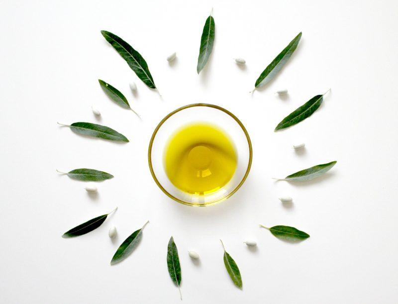 Eine kleine Schale mit Olivenöl