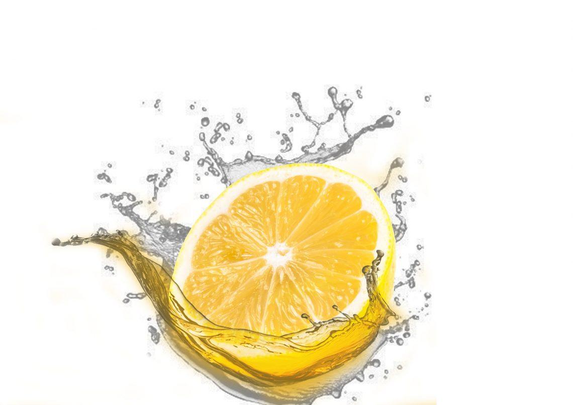 Zitronenscheibe im Wasser