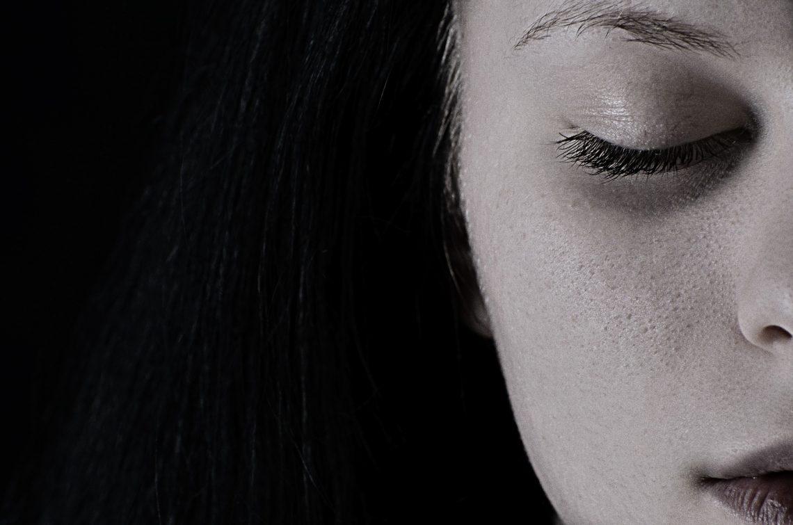 Junge Frau hat geschlossene Augen