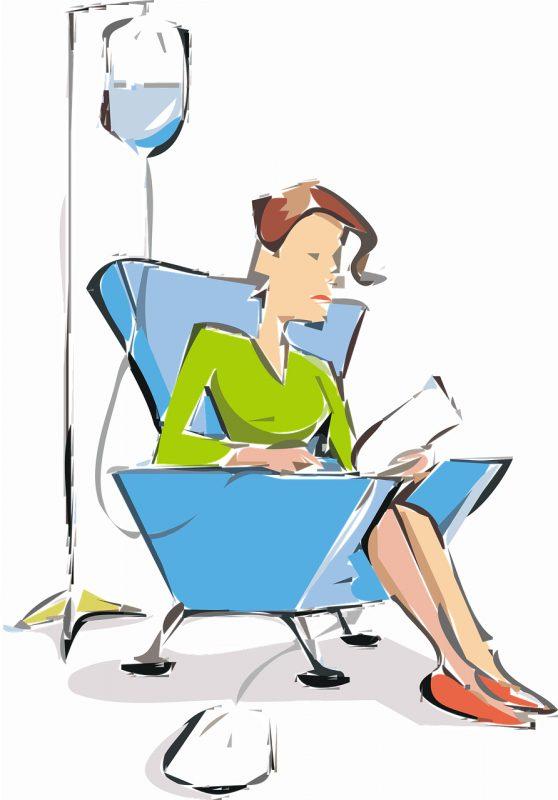 Frau sitzt in einem Sessel und bekommt eine Infusion