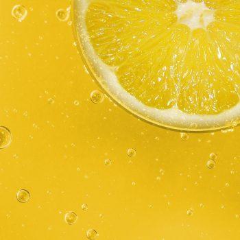 Zitronenscheibe in gelber Limonade