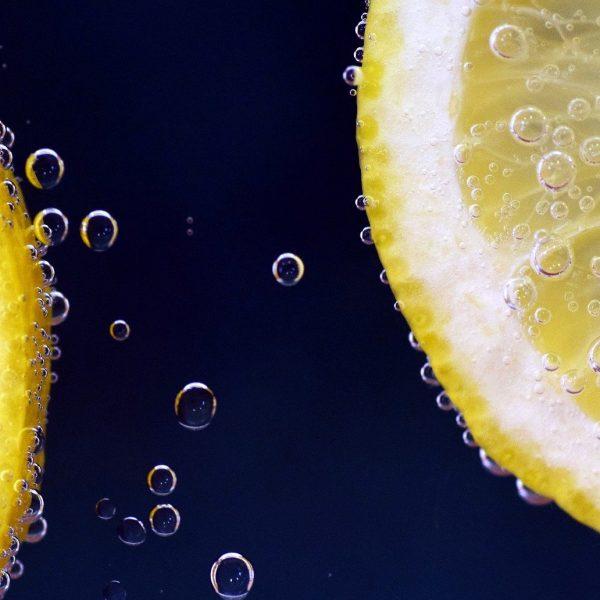 Zitronenscheiben in Mineralwasser