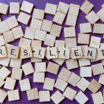 Holzwürfel mit einzelnen Buchstaben